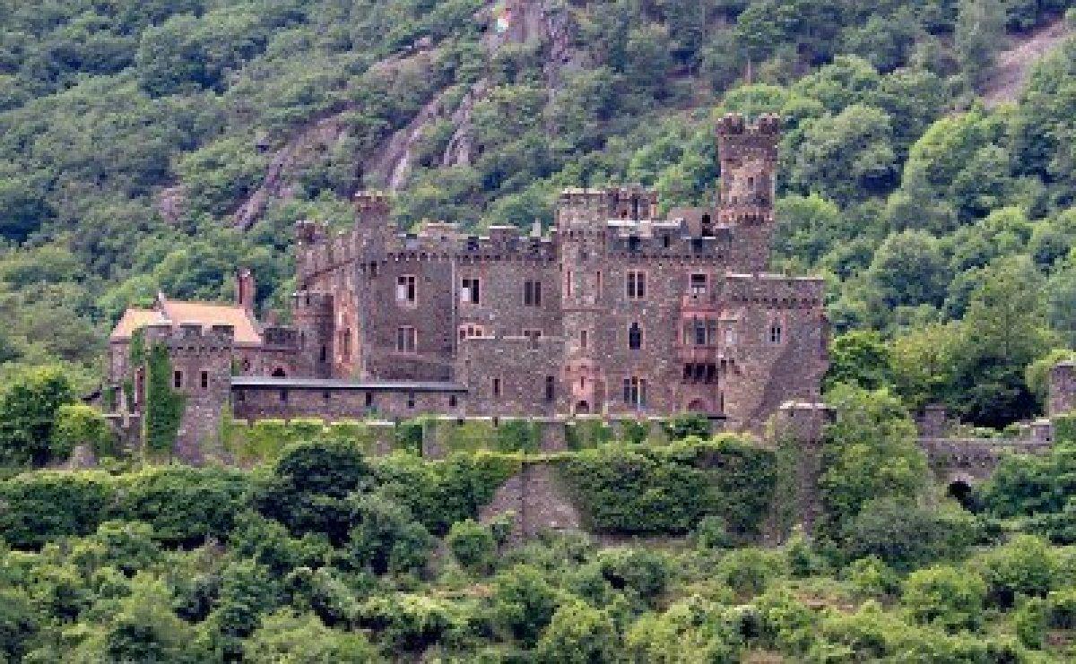 12344017-castello-medievale-reichenstein-valle-del-reno-germania