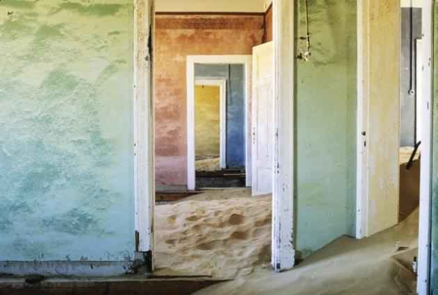 Kolmanskop, Namibia, città di minatori abbandonata dopo la seconda guerra mondiale a causa della riduzione dell'attività di estrazione dei diamanti. Foto: © George Steinmetz/Corbis