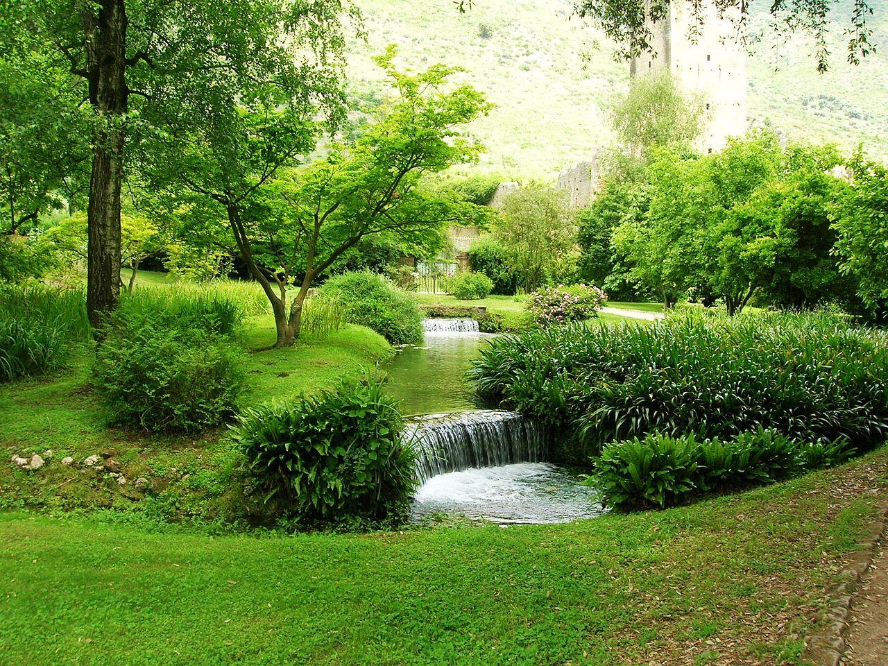 I ruscelli d'irrigazione costruiti a inizio Novecento dall'abile intuizione di Roffredo Caetani.